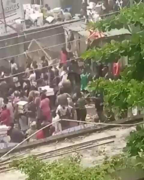 You are currently viewing Latest Endsars Update: Angry Nigerian Mob Loots Warehouse Containing Hoarded Covid-19 Palliatives At Amuwo Odofin, Lagos State. Hoodlums Mount Roadblocks to Tax Commercial Drivers, Apply Guerrilla Tactics Against Security Officials (Videos).