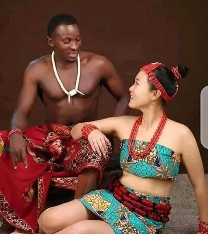 Read more about the article Lovely pre-wedding photos of a Nigerian man and his Korean bride in Igbo Attire (4 pictures)