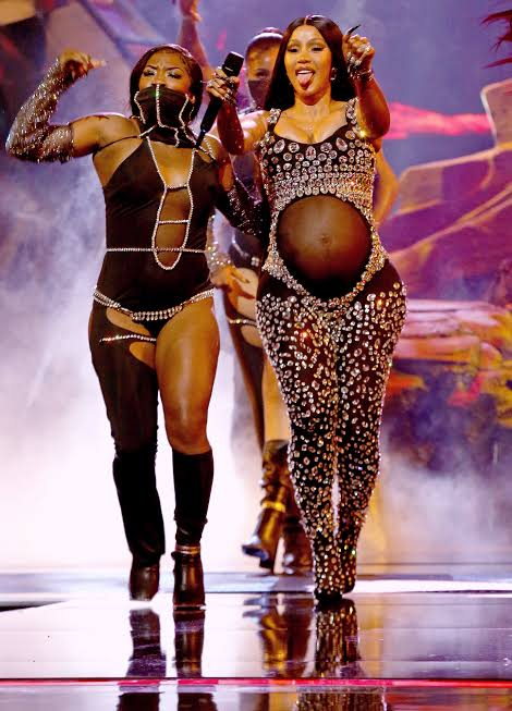 Read more about the article Cardi B reveals Second Pregnancy at BET Awards 2021 : plus 39 best red carpet outfits at BET Awards 2021 (video)
