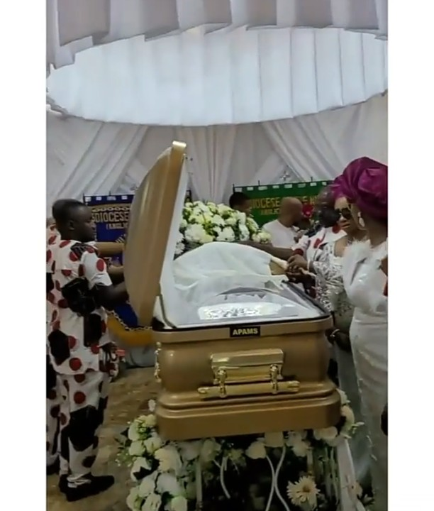 Read more about the article Wow!! See Obi Cubana Mother's ₦30M Coffin (video, photos)